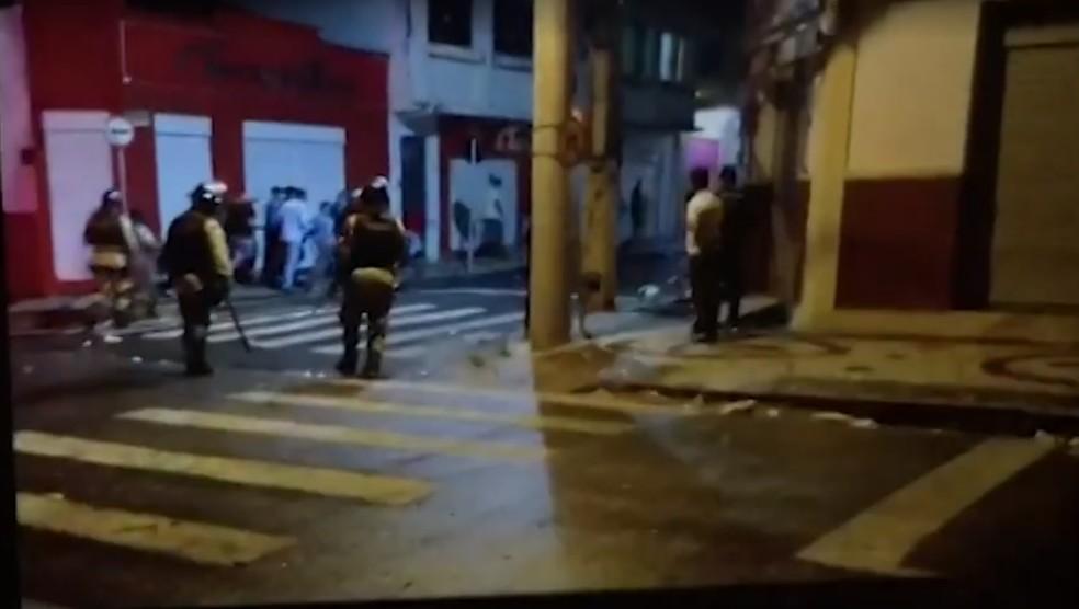 Confronto entre policiais e 'espadeiros' deixou feridos em Senhor do Bonfim — Foto: Reprodução/TV bahia