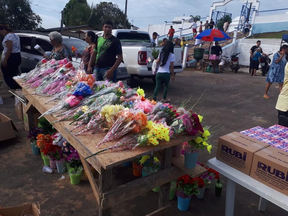 Comerciantes aproveitam para vender flores nessa época — Foto: Adelcimar Carvalho/G1