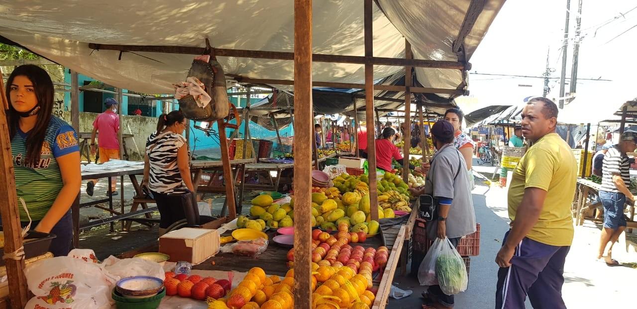 Sem máscaras, população se aglomera em feiras livres de Fortaleza