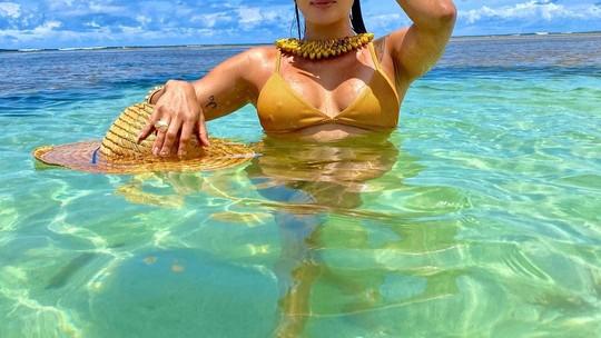 Carol Peixinho, do BBB19, se refresca em praia da Bahia e brinca: 'Peixinho gosta de água'