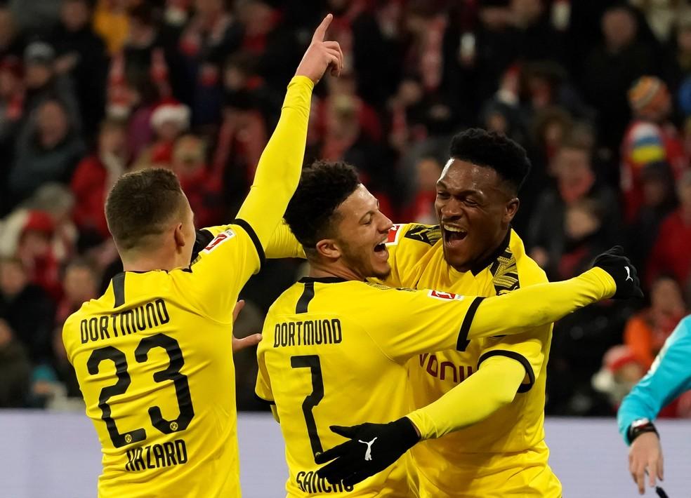 Sancho (7) é abraçado na comemoração de seu gol pelo Borussia Dortmund — Foto: EFE