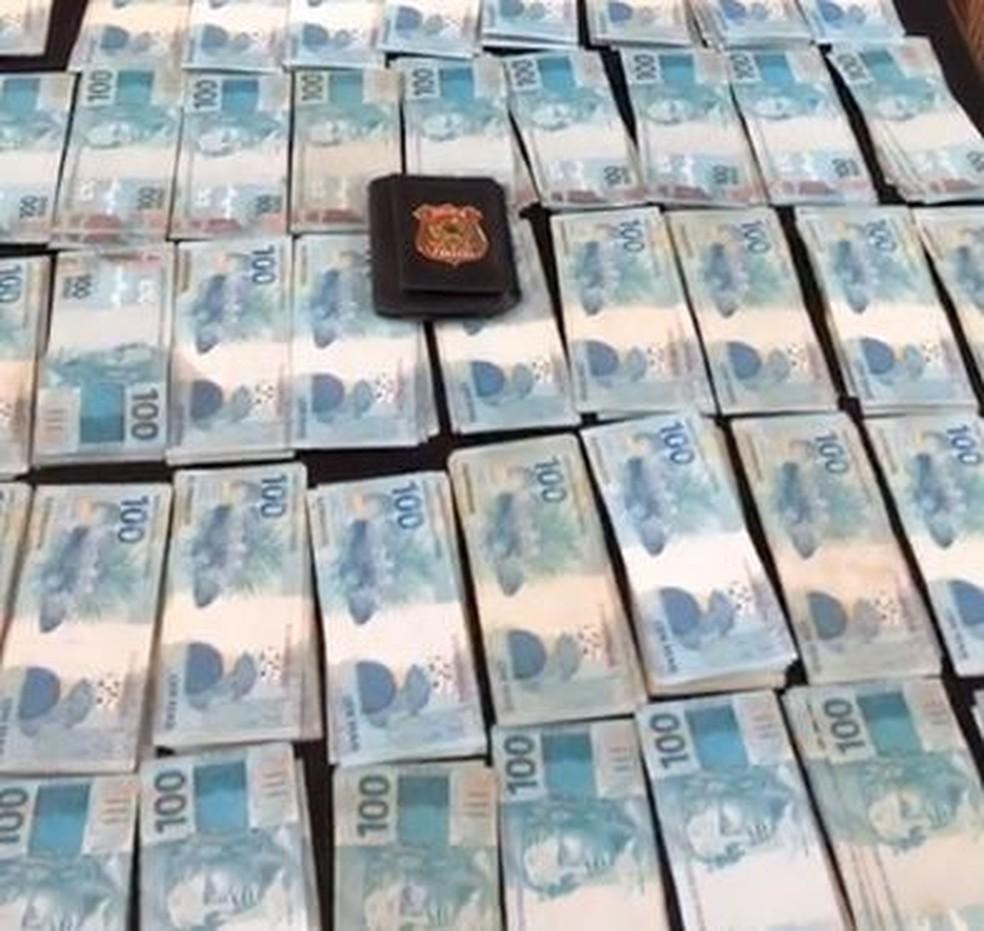 Dinheiro apreendido na casa de um dos alvos da Operação Dardanários — Foto: Reprodução/TV Globo