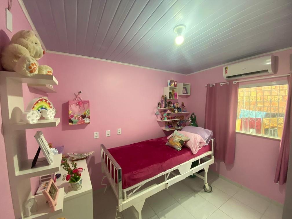 Quarto de Letícia foi decorado pela família com a cor e os brinquedos preferidos da jovem — Foto: Carolina Diniz/G1AM