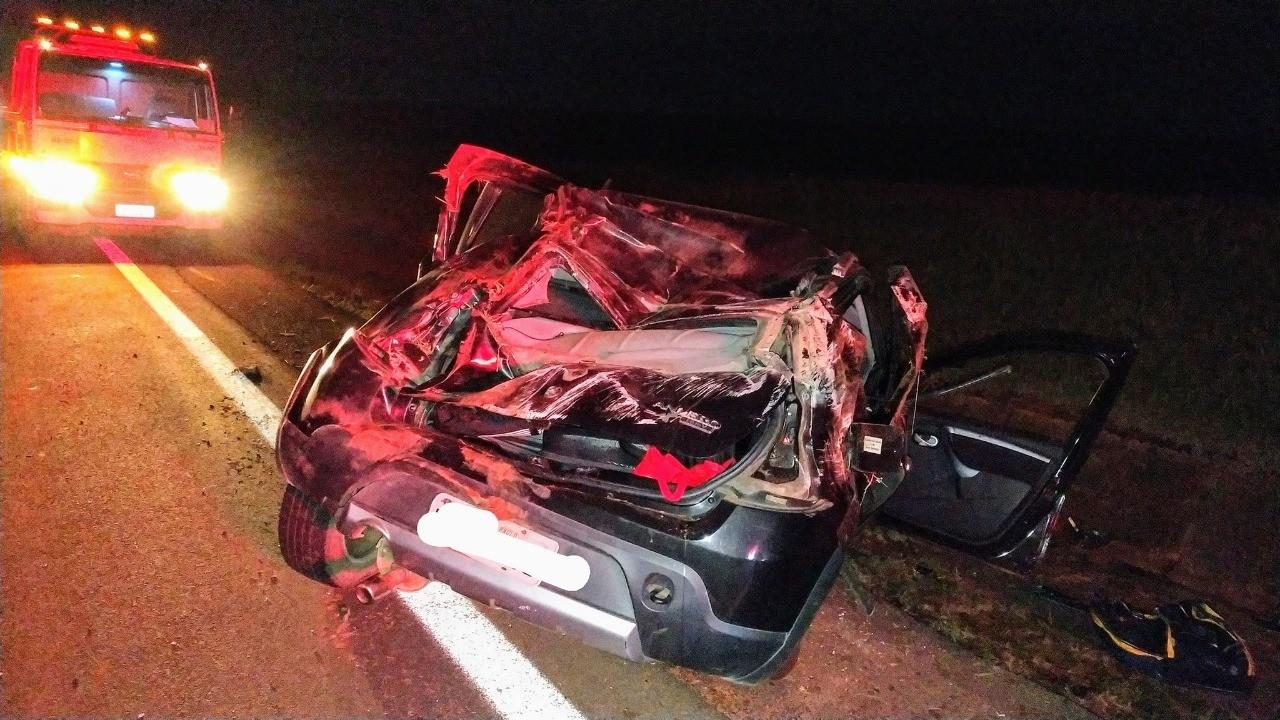 Carro capota após ser atingido por caminhonete em rodovia; motorista fugiu
