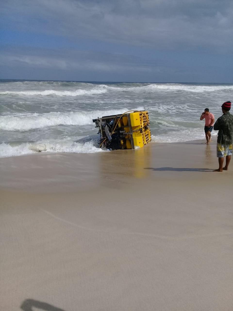 Robô submarino é arrastado pela força da ressaca até praia no litoral do RJ - Notícias - Plantão Diário