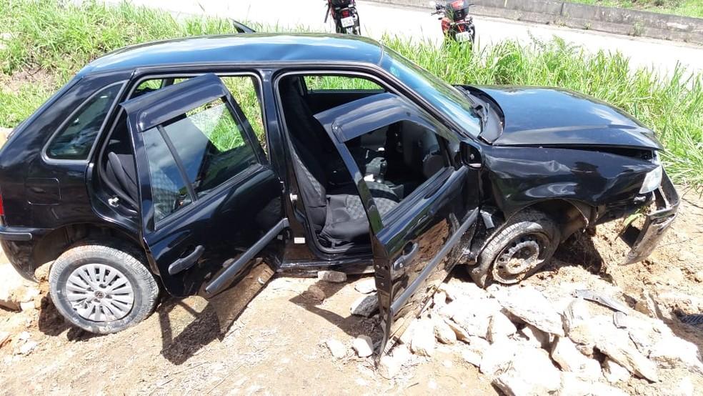 Carro envolvido no acidente saiu da pista após sofrer trancamento na BR-232, em Moreno — Foto: PRF/Divulgação