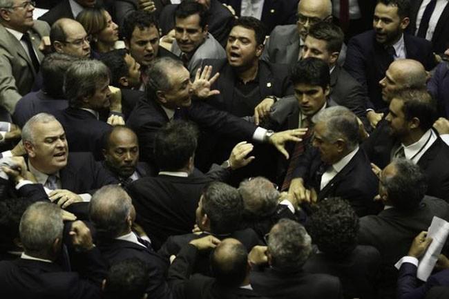 E se deputados e senadores andarem armados no Congresso? | Ruth de Aquino - O Globo