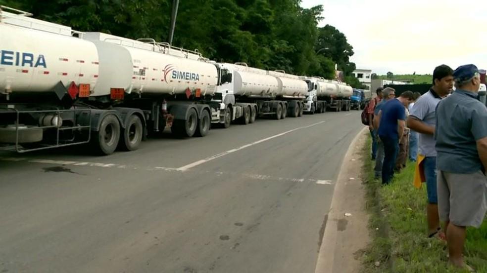Protesto de caminhoneiros em Viana (Foto: Luciney Araújo/ TV Gazeta)