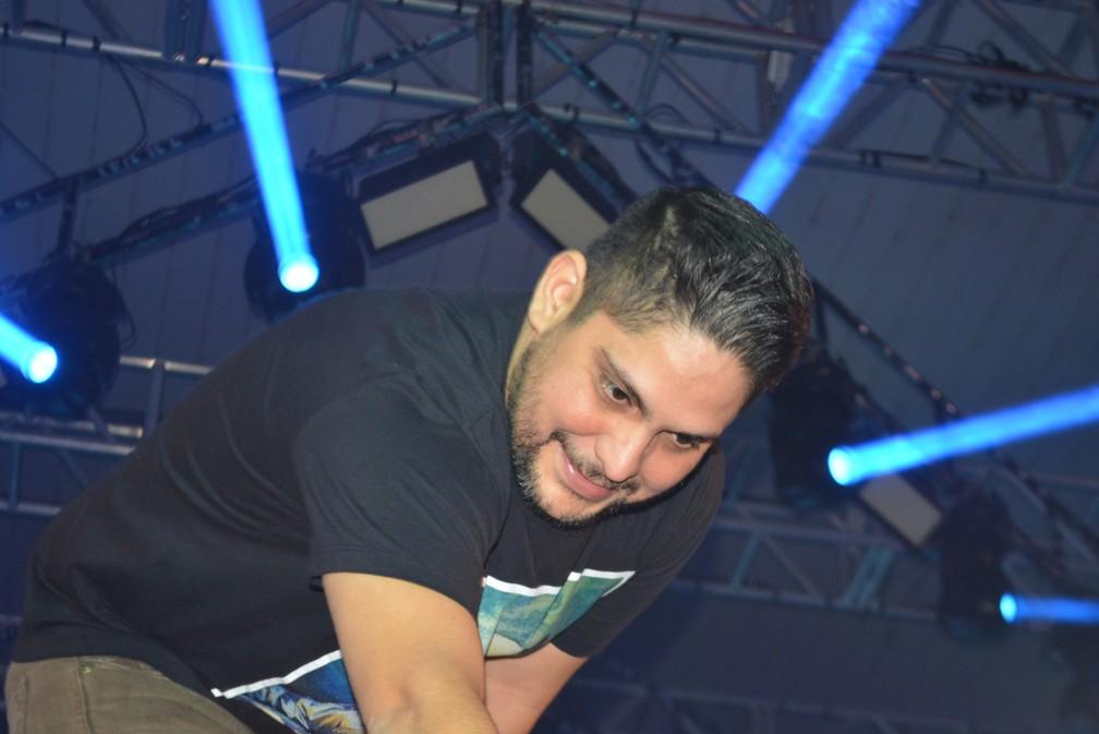 Jorge se aproxima de fãs que estavam perto de palco (Foto: Andreia Gonzalez / G1)
