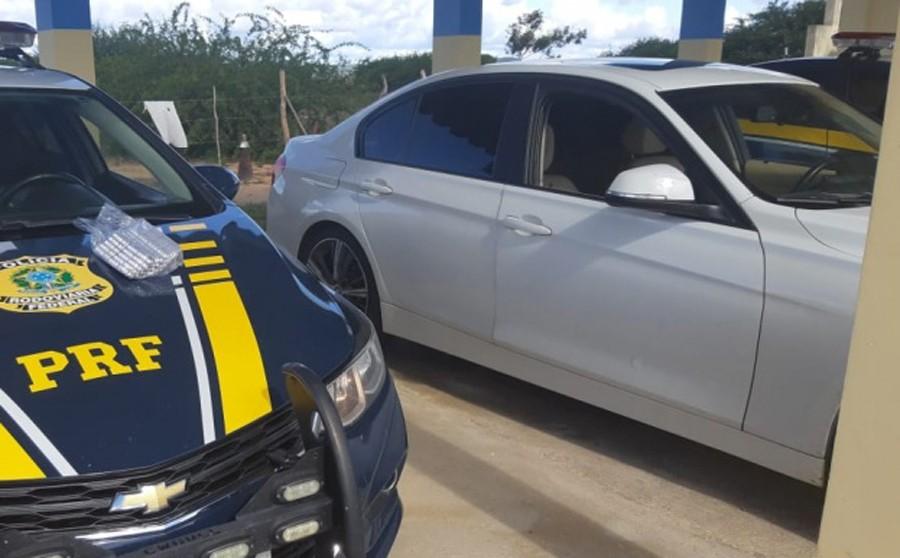 Homem em carro de luxo é detido após ser flagrado transportando 1.500 comprimidos de anfetamina em rodovia da Bahia
