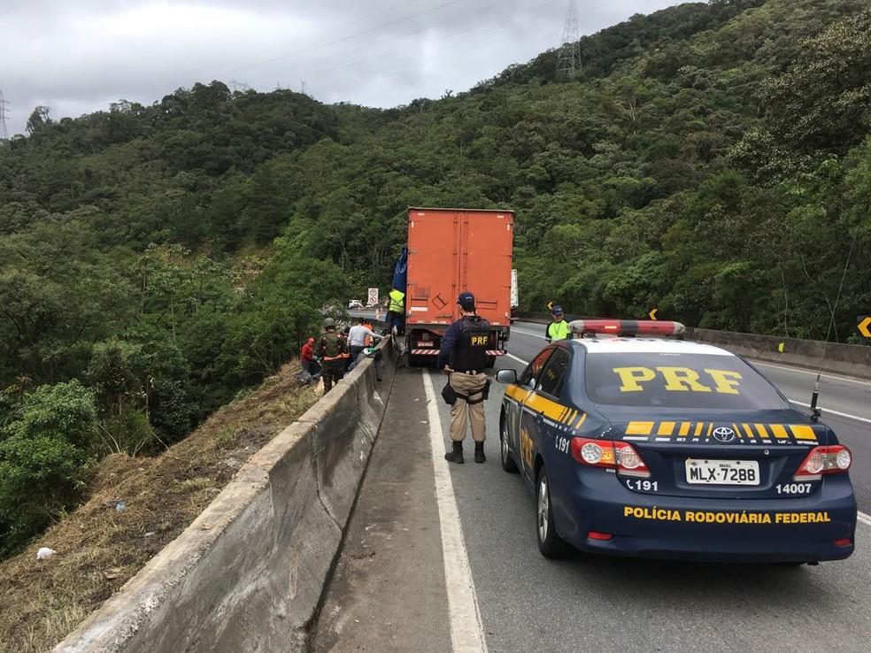 Br-376 é bloqueada para retirada de explosivos após acidente (Foto: Divulgação/PRF)