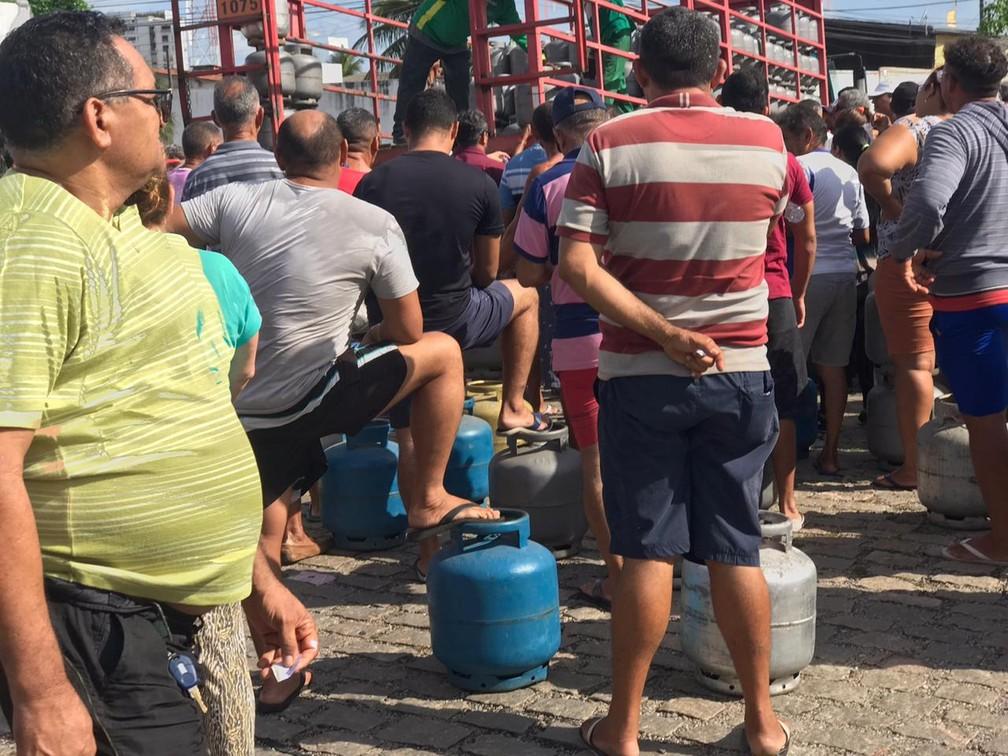 Petroleiros em greve vendem botijão de gás de cozinha a R$ 40, durante ato em Natal.  — Foto: Kleber Teixeira/Inter TV Cabugi