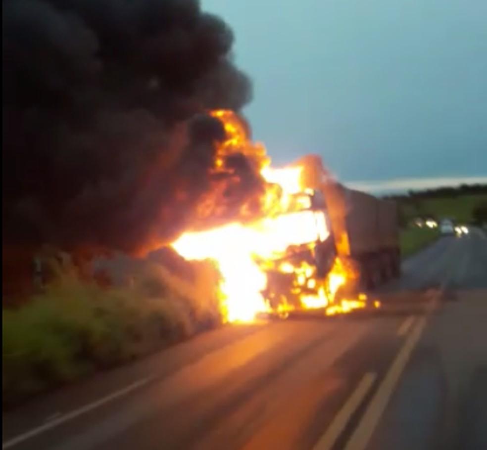 Caminhão foi destruído pelo fogo na TO-335 — Foto: Divulgação