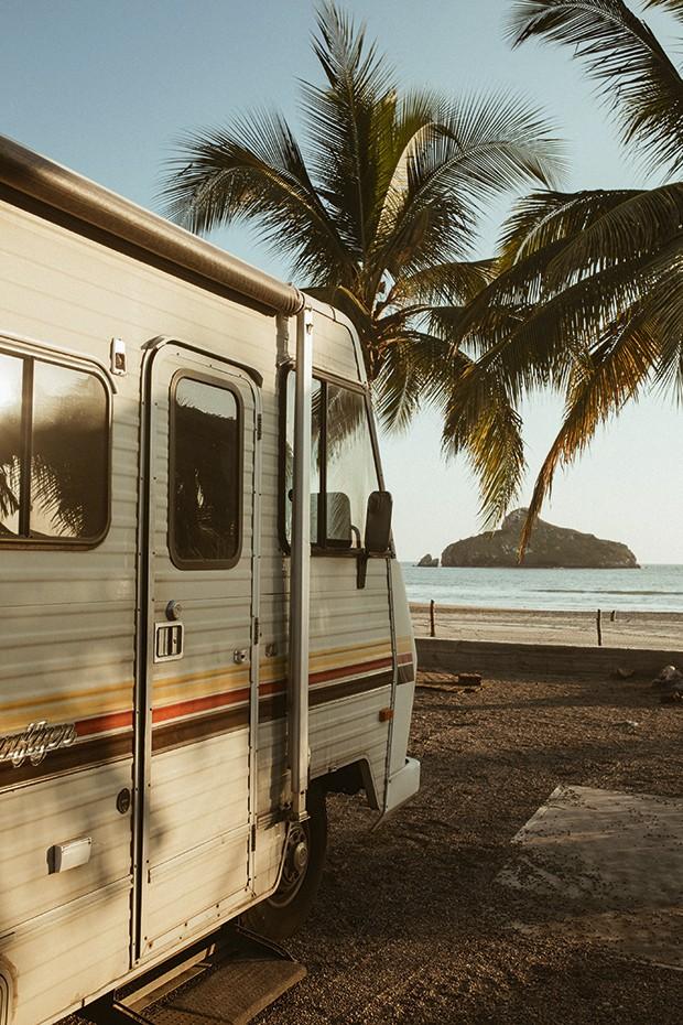 O motorhome em praia Caribenha (Foto: We Are Alive)