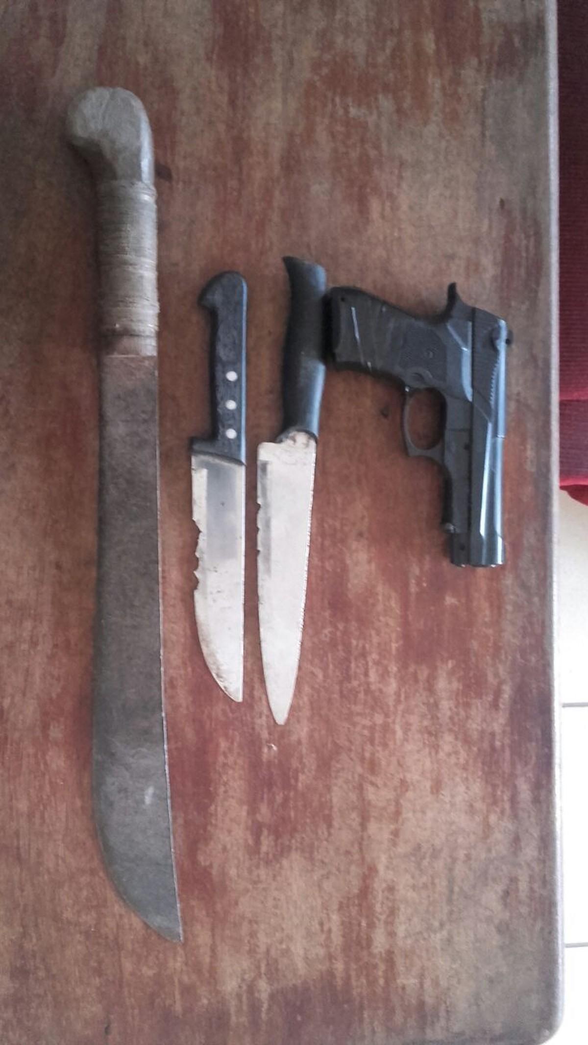 Garotos suspeitos de assaltos são pegos com facas e arma falsa em Caracaraí, RR