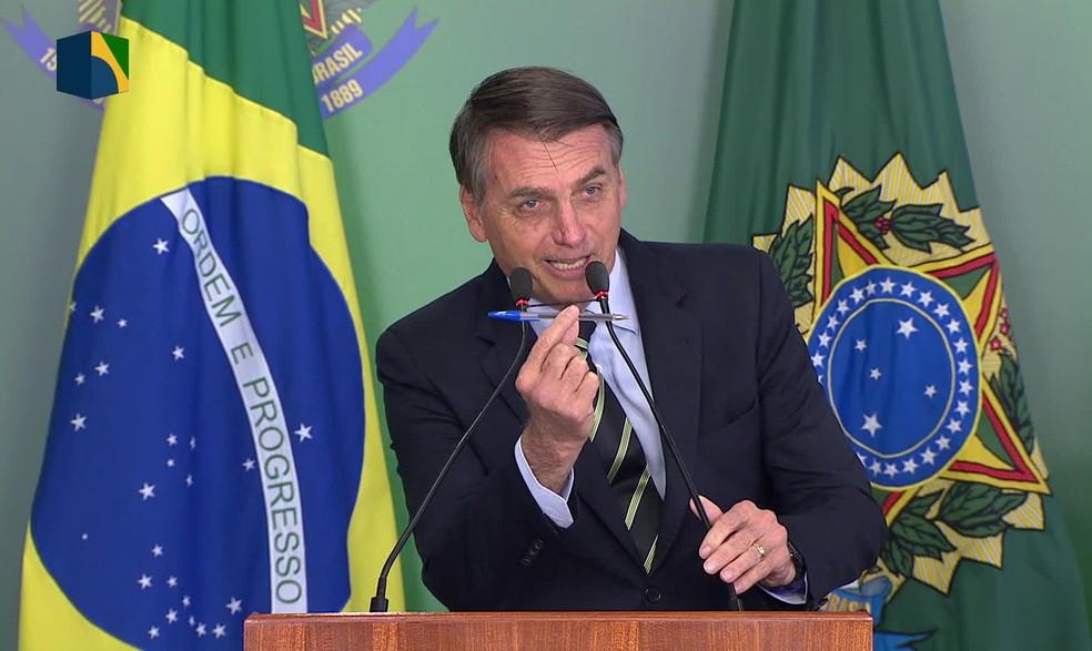 O presidente Jair Bolsonaro durante assinatura do decreto que flexibiliza posse de armas  — Foto: Reprodução/NBR