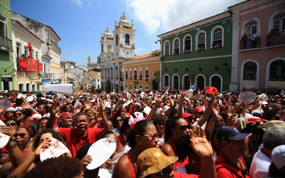 Fiéis lotam o Largo do Pelourinho, no centro histórico de Salvador, para acompanhar a festa de Santa Bárbara (Foto: Joá Souza/Agência a Tarde/Estadão Conteúdo)