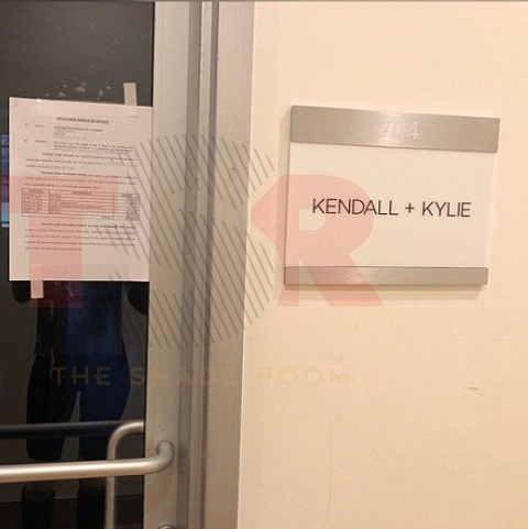 A ordem judicial colada na entrada dos escritórias da marca das irmãs Kendall Jenner e Kylie Jenner (Foto: Instagram)