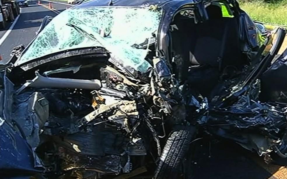 Carro ficou completamente destruído após a colisão — Foto: TV Anhanguera/Reprodução