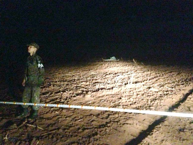 Militar vigia local em que aeronave da FAB caiu em MS (Foto: Bruno Grubert / TV Morena)