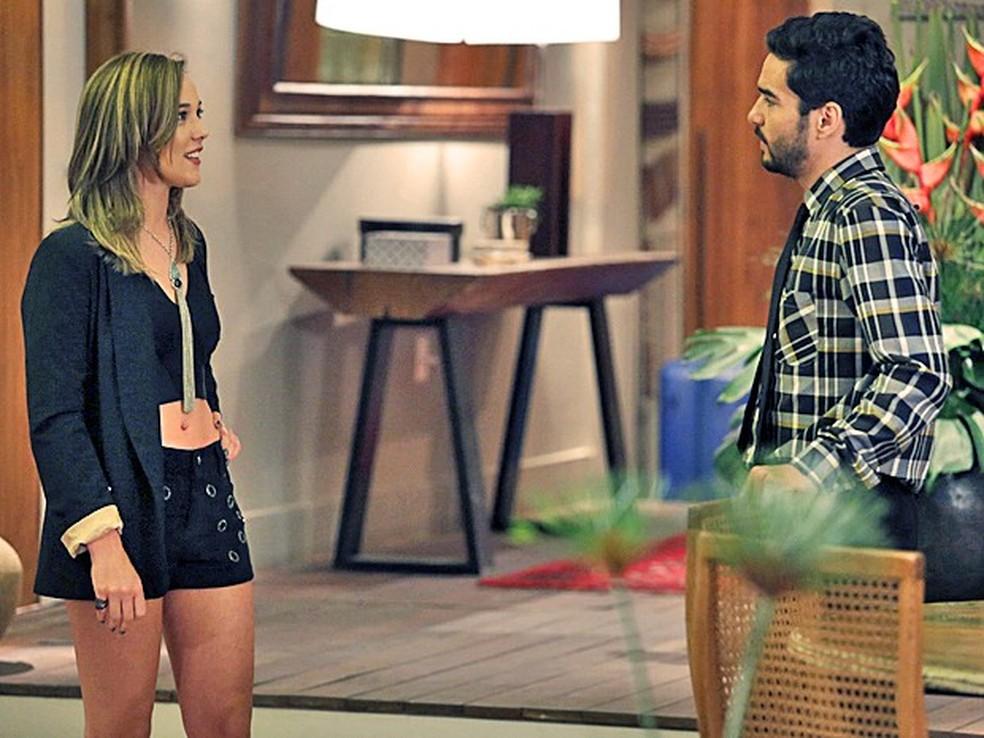 José Pedro (Caio Blat) não esconde que ficou perturbado ao dar de cara com Amanda (Adriana Birolli) - 'Império' — Foto: Fábio Rocha/Globo