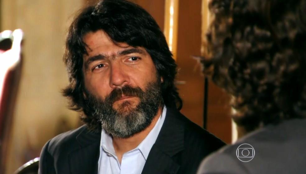 Dom Rafael (Cesar Troncoso) se une a Alberto (Igor Rickli) para arruinar com a vida de Cassiano (Henri Castelli) - 'Flor do Caribe' — Foto: Globo