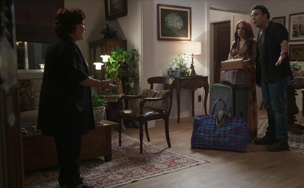 Ester (Nicette Bruno) não gosta de ver Latifa (Luana Martau) em sua casa  — Foto: TV Globo