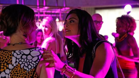 Carolina descobre que Yasmin é informante de Lorena