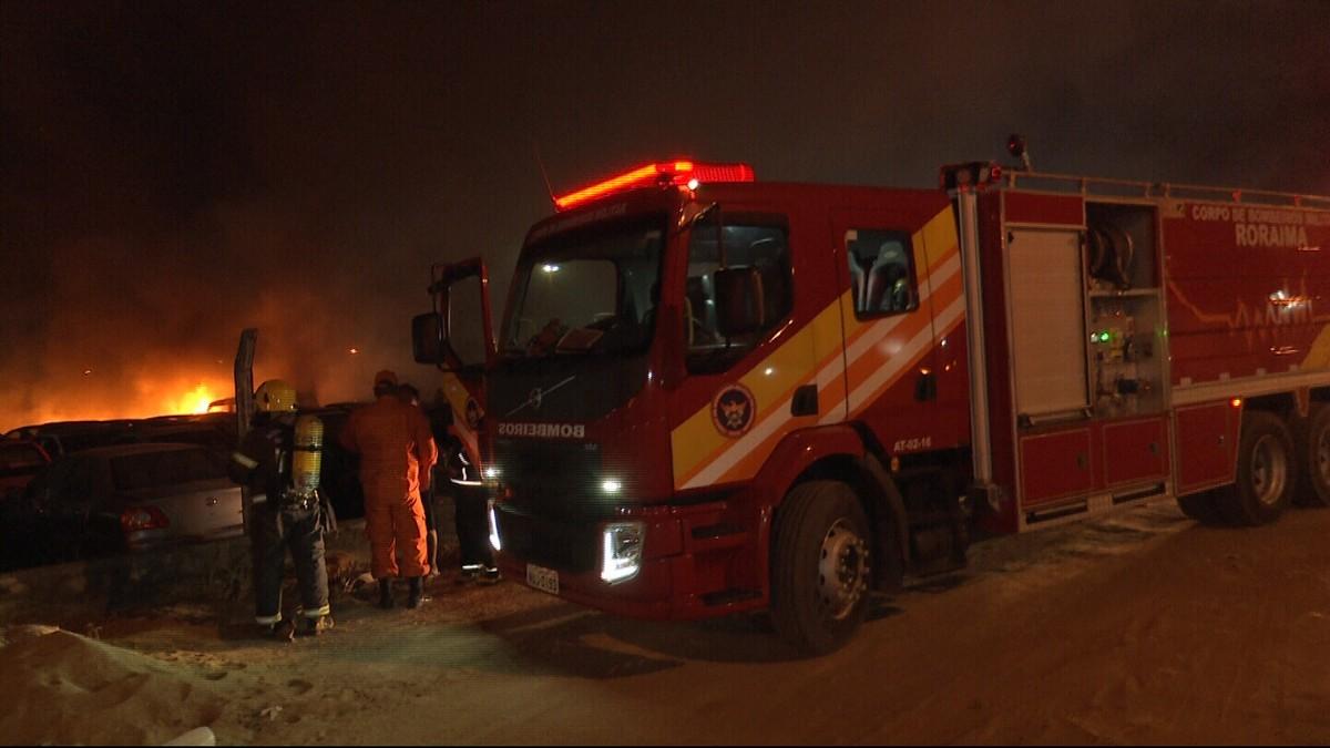 Fogo em terreno baldio atinge depósito da Polícia Civil em Boa Vista e queima 24 veículos