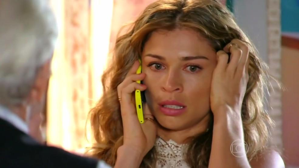 Ester (Grazi Massafera) descobre que Alberto (Igor Rickli) saiu com seus filhos sem sua autorização - 'Flor do Caribe' — Foto: Globo