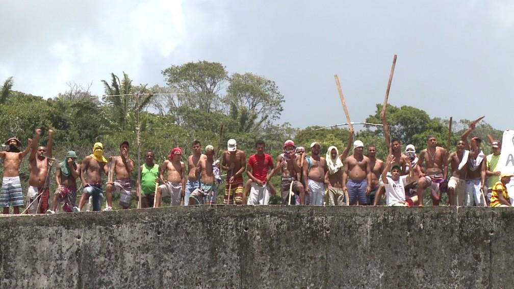 Presos durante rebelião em presídio de Pernambuco (Foto: Acervo/TV Globo)