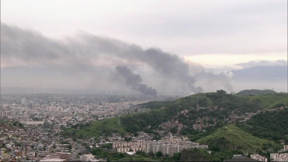 Fumaça de ônibus incendiados é vista de longe no Rio (Foto: Reprodução / Globocop)