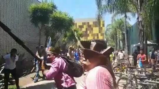 Índios tentam entrar na Câmara, e polícia usa bombas de gás