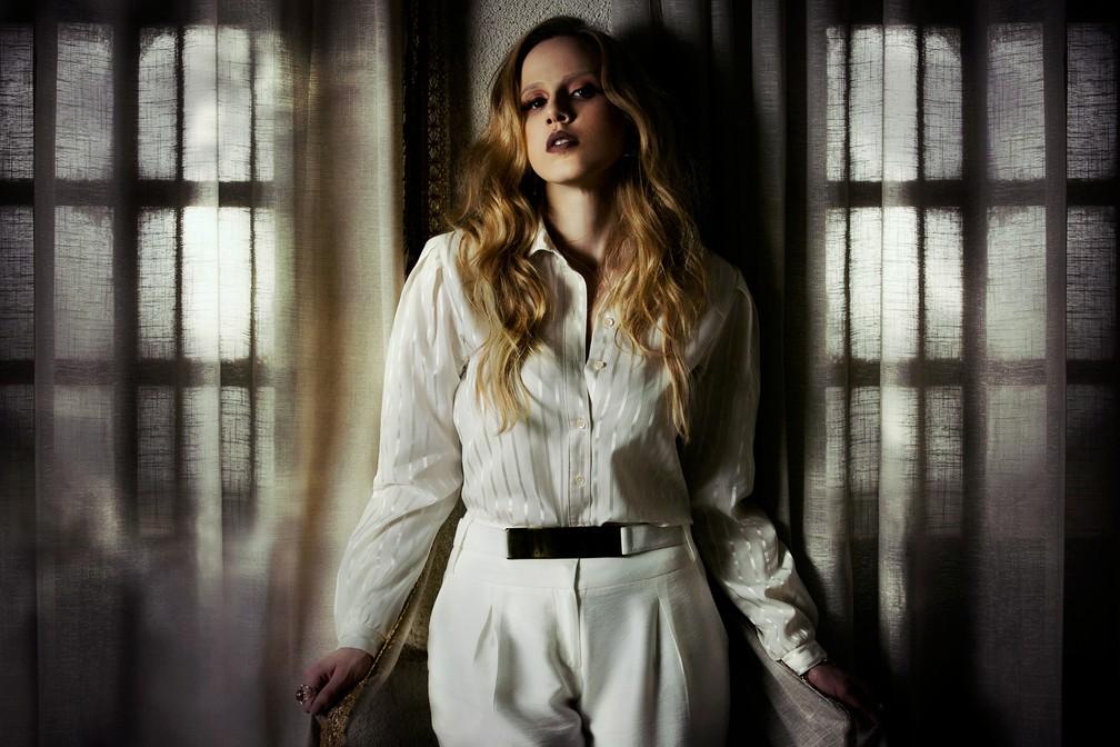 Marcella veste branco e dourado, as marcas de Carminha (Foto: Raphael Dias / Gshow)