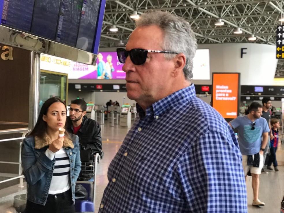 Abel Braga no embarque para a Bolívia. Treinador vai repetir o time que venceu a Portuguesa, na quinta — Foto: Cahê Mota