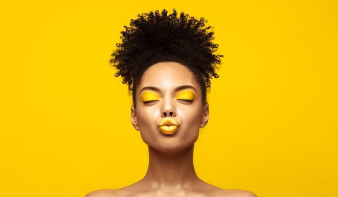Amarelo para lábios, unhas e pele: confira os produtos com a cor do mês