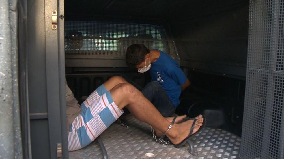 Suspeitos de assaltar motoristas de aplicativo são presos em Cariacica, ES — Foto: Reprodução/ TV Gazeta