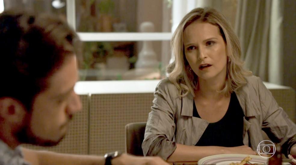 Fabiana fica preocupada com o resultado do processo que moveu contra Clara (Foto: TV Globo)