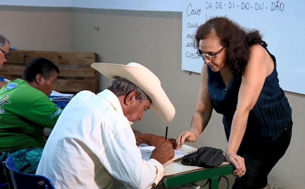 A professora Ana Cláudia Peleteiro alfabetiza moradores de vila rural há 7 anos em Gavião Peixoto — Foto: Toni Mendes/EPTV