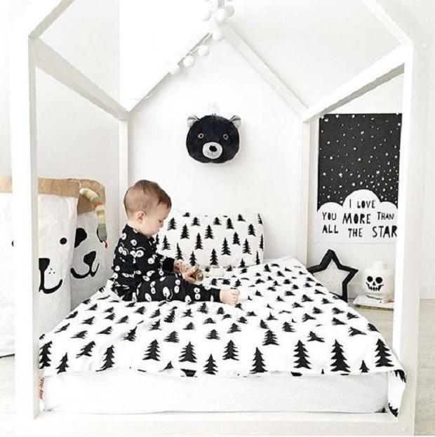 A roupa de cama e a cabeça de urso trazem o preto de forma divertida (Foto: Pinterest)