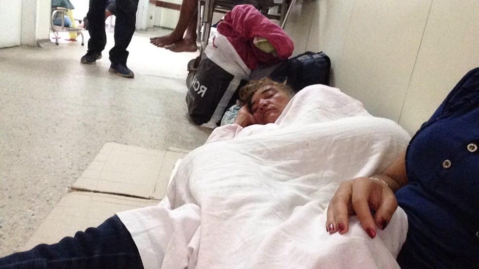 Monique Marques, de 49 anos, precisou ser acomodada em um papelão para aguardar atendimento no Hospital Deoclécio Marques (Foto: Cedida)