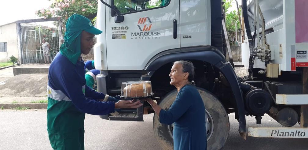 Dona Dalila entrega bolo para garis de Porto Velho  — Foto: Cássia Fimino/ G1