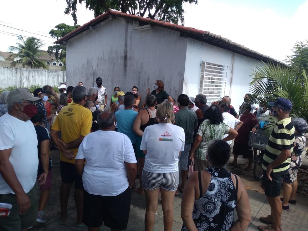 No bairro Potengi, idosos fizeram fila na USF Soledade 2 desde o início da manhã, mas só chegaram 10 doses de coronavac — Foto: Luiz Henrique/Cedida