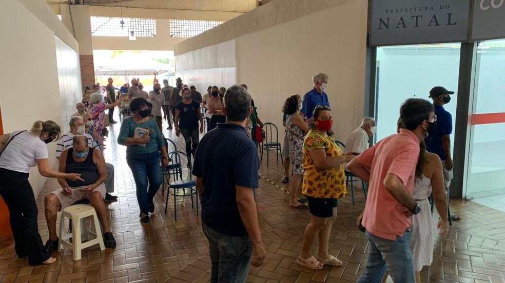 Idosos em fila para vacinação contra Covid-19 no shopping Via Direta, em Natal — Foto: Anna Alyne Cunha/Inter TV Cabugi