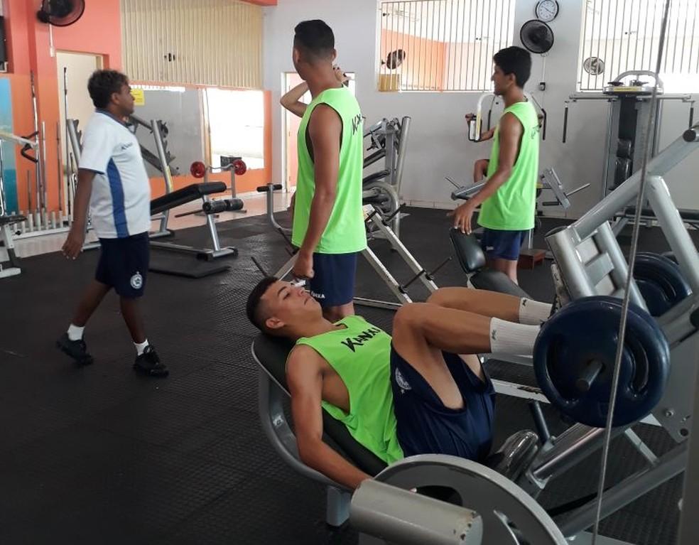Jogadores fazem fortalecimento muscular na academia em treino pela manhã (Foto: Jorge Alves/Parnahyba SC)