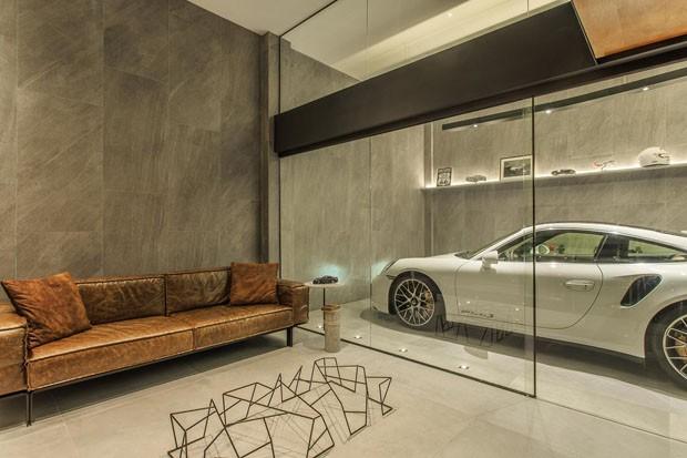 Garagem com cara de sala é atrativo em casa na serra fluminense (Foto: Denilson Machado/ MCA Estúdio)