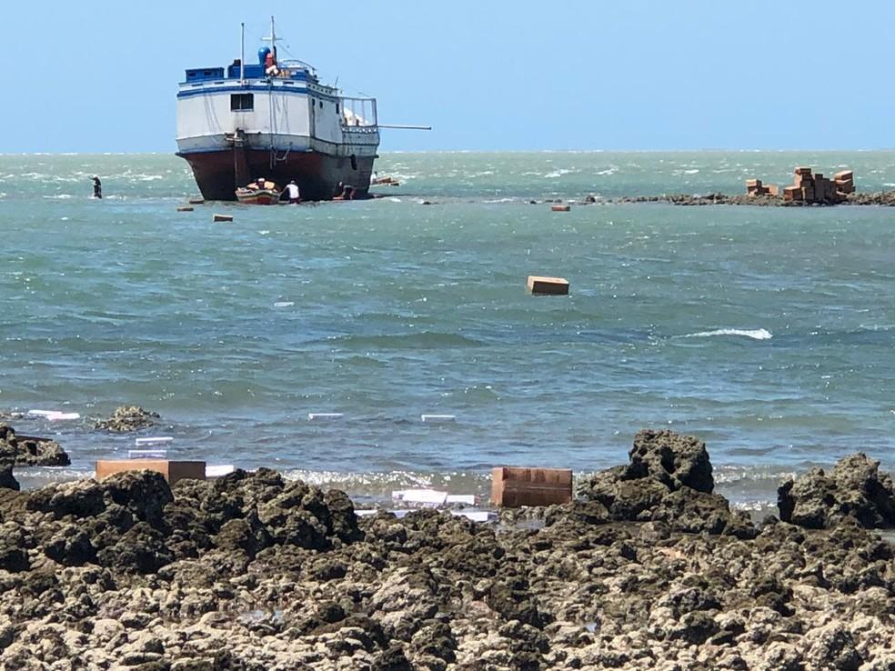 Embarcação encalhada no Litoral do Piauí — Foto: Divulgação/Polícia Militar do Piauí (PM-PI)