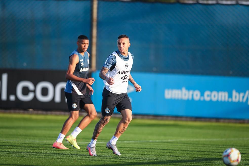 Everton em treino do Grêmio desta terça — Foto: Lucas Uebel/Grêmio