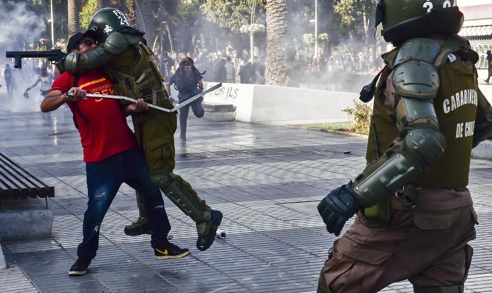 Policiais em ação em Viña del Mar, no Chile, em 23 de fevereiro de 2020 — Foto: Martin Bernetti / AFP