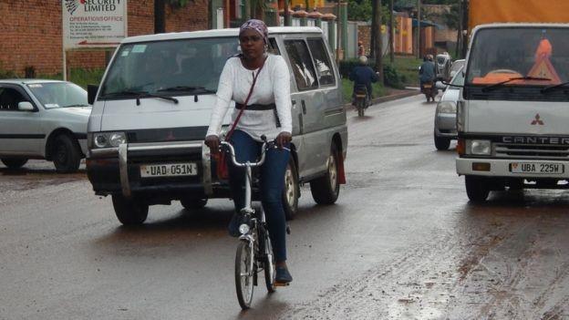 Image caption Amanda Ngabirano anda de bicicleta em Campala; trajeto ao trabalho é uma pequena odisseia (Foto: Divulgação BBC)